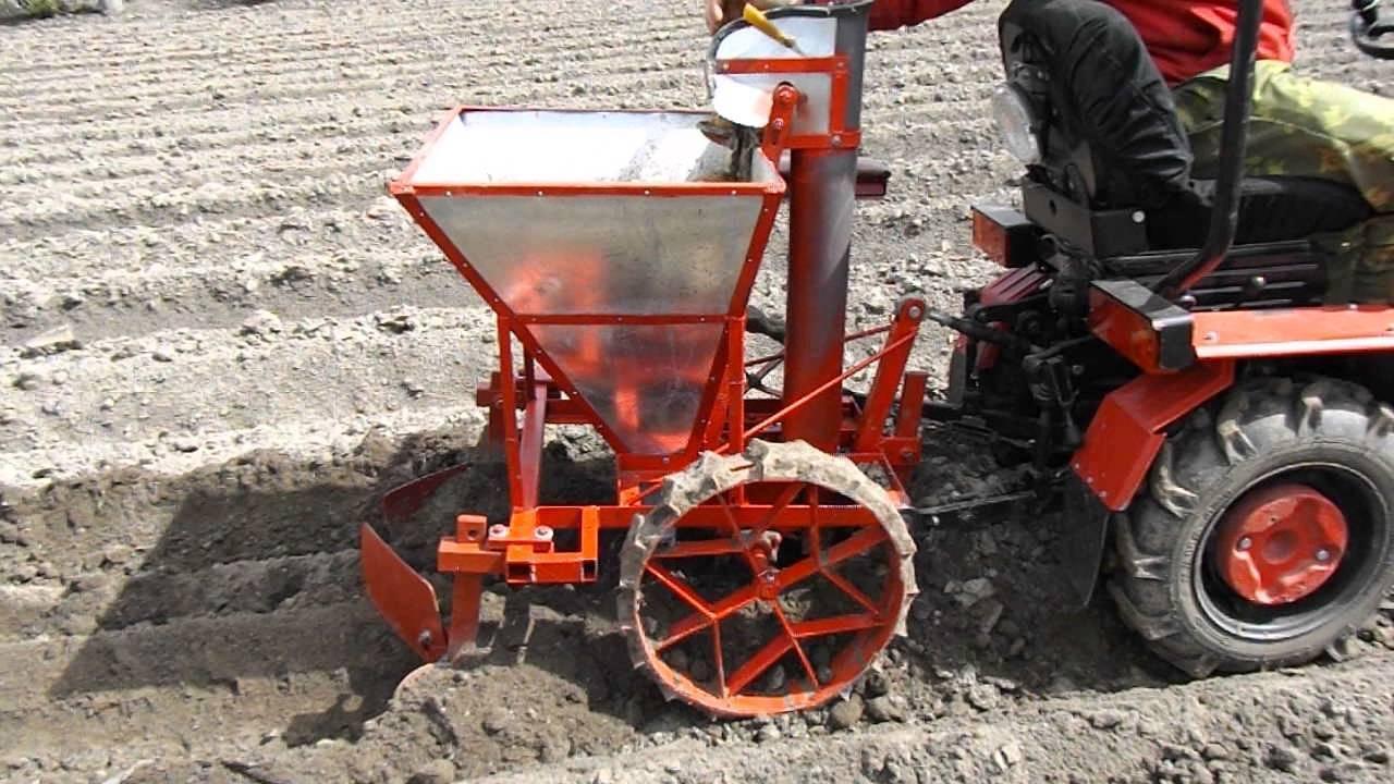 Картофелесажалки для мини-трактора (23 фото): особенности однорядных и двухрядных моделей. посадка картофеля смещенной картофелесажалкой