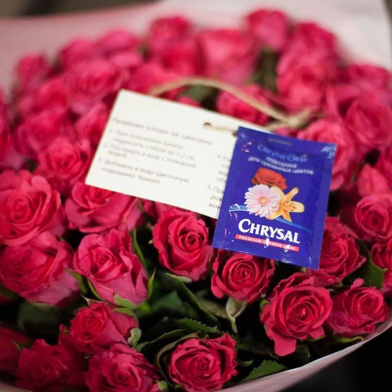Чтобы розы стояли дольше в вазе дома, что нужно делать, как сохранить все срезанные цветы и продлить их жизнь, что добавить в воду и как ухаживать в таких условиях?