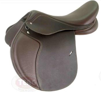 Процесс одевания седла на лошадь