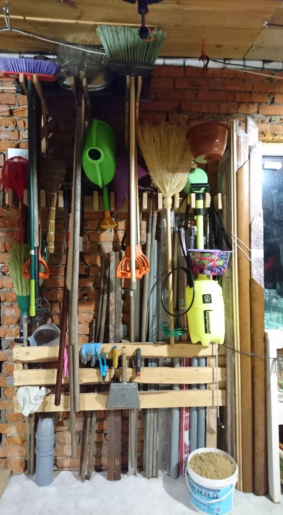Делаем стеллаж для хранения садового инструмента