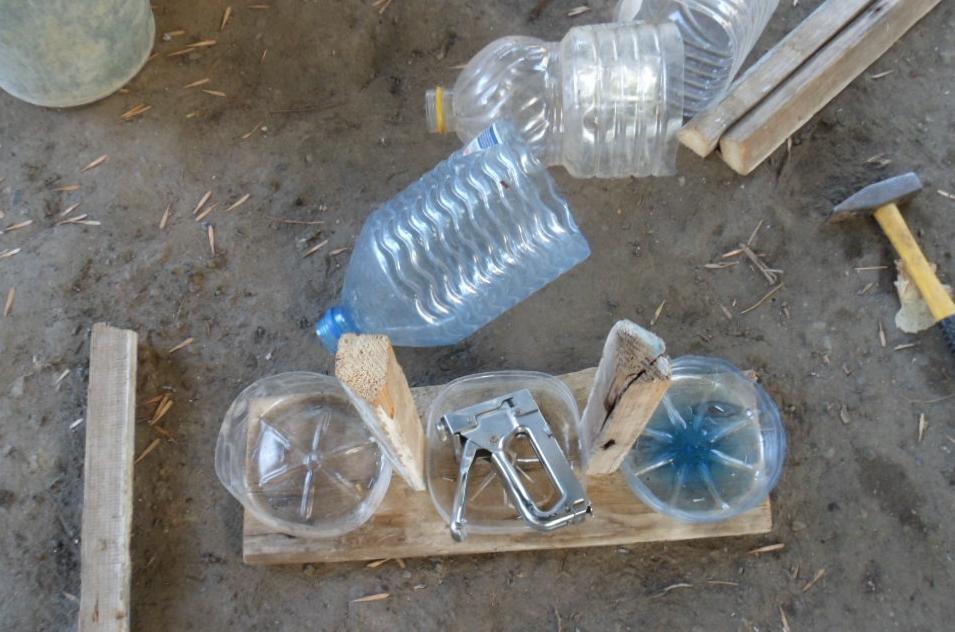Кормушка для кур своими руками из пластиковой бутылки 5 литров: как сделать самому и как пользоваться, а также другие варианты, которые можно купить