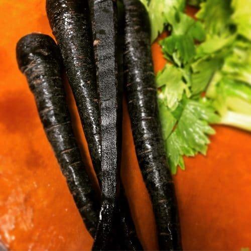 Черная морковь — полезная экзотика на огороде